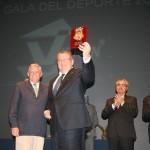 Con el Alcalde de Chiclana, recibiendo el escudo de la ciudad.