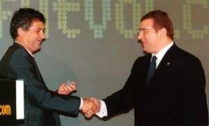 Con Ángel María Villar, recibiendo la insignia de oro de la RFEF.