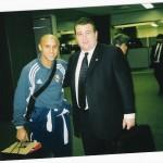 Con Roberto Carlos en el aeropuerto de Tokio.