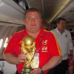 Con la Copa del Mundo en el vuelo de regreso de Johannesburgo.