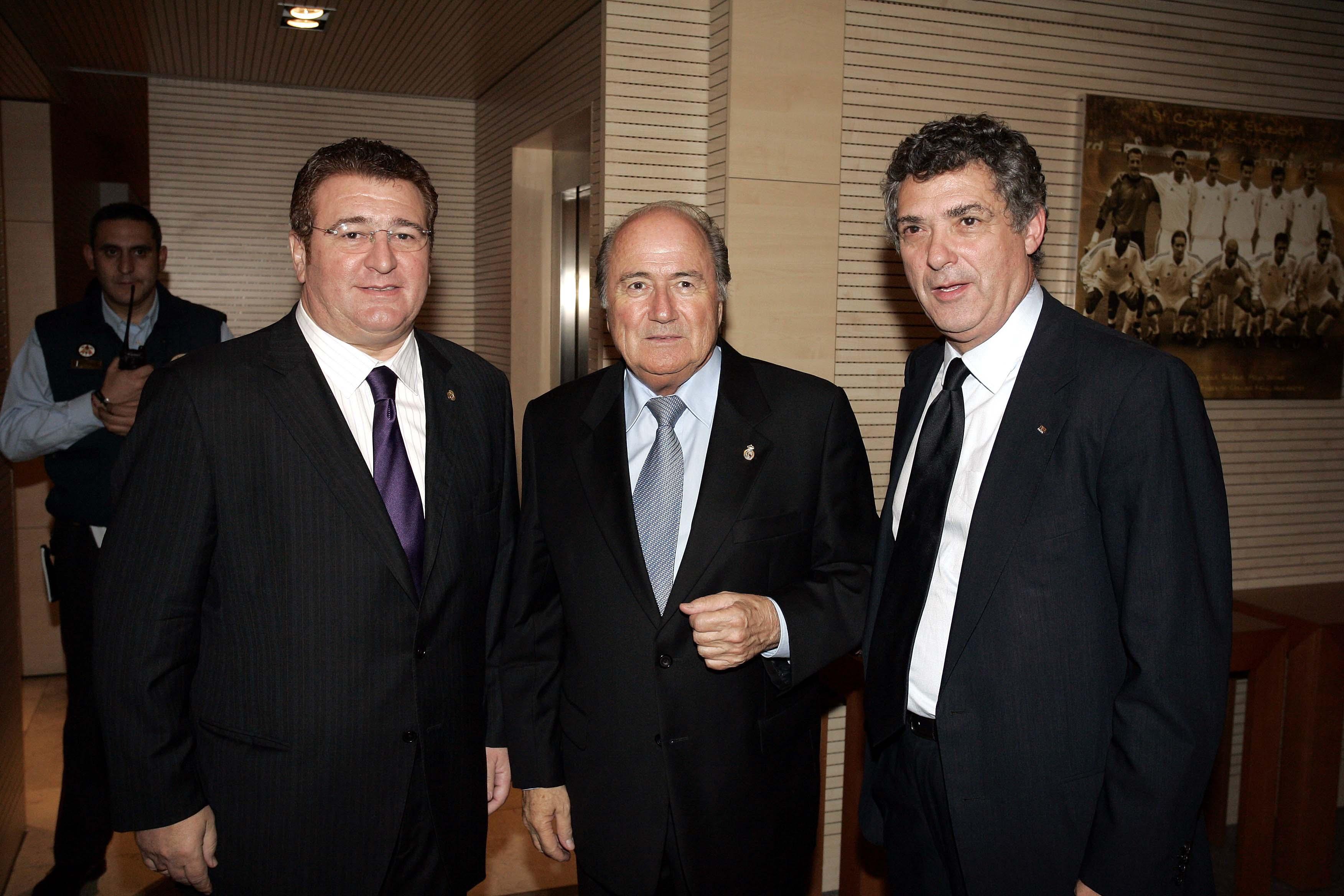 Junto a Joseph Blatter y Ángel María Villar.