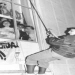 Gaspar rapelando la fachada del INEF en apoyo a una protesta de los estudiantes que reclamaban un cambio en el plan de estudios.