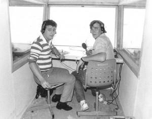Gaspar Rosety en 1984 en la cabina de transmisiones del estadio Nacional de La Valetta (Malta) acompañado de su inseparable Luis Balduque, era la etapa de A3 Radio.