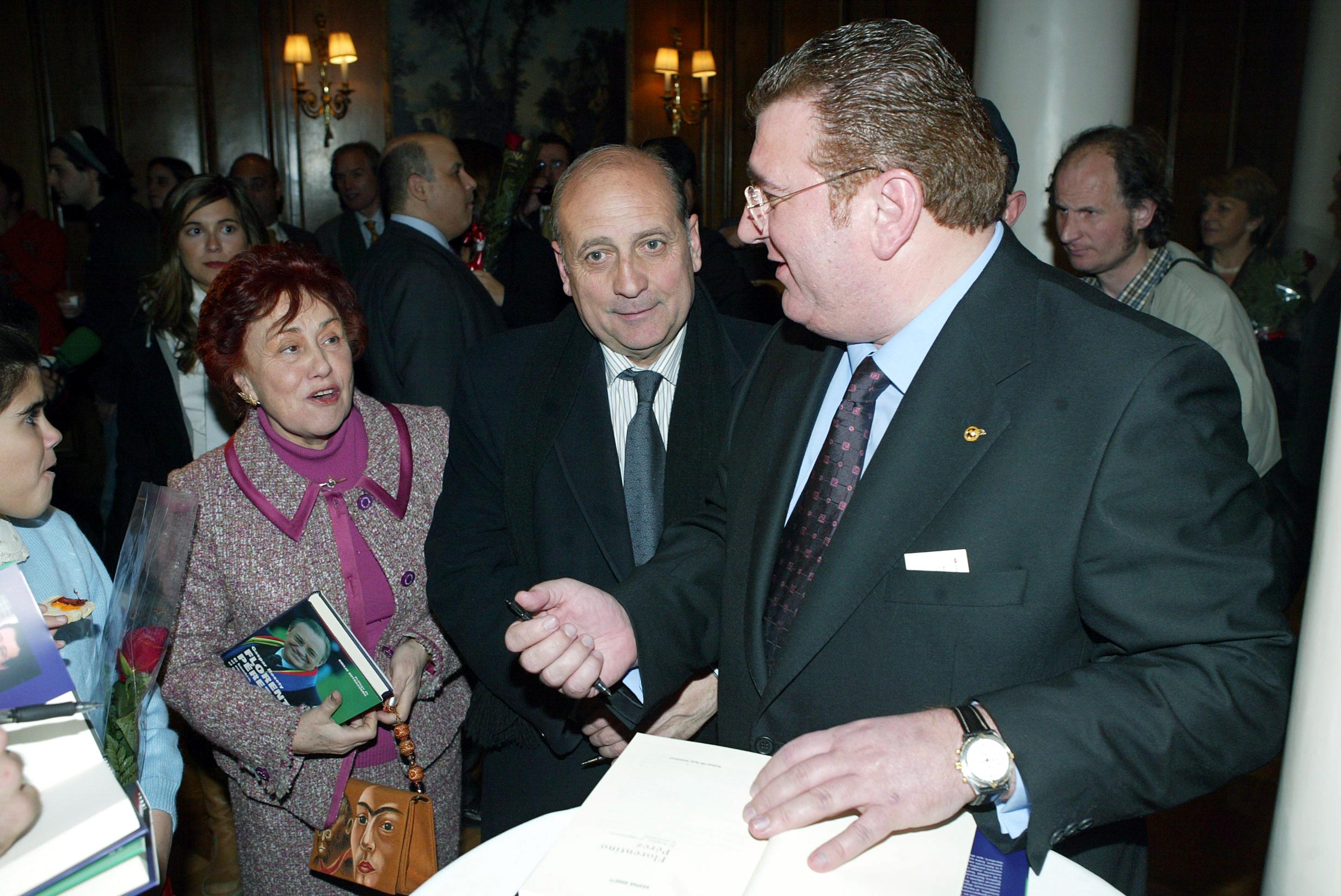Con Magdalena Escobar y Eduardo Casabella, dos empleados históricos del Real Madrid.