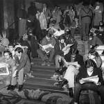 Periodistas de distintos medios, en las escaleras del hotel Palace, leen una de las siete ediciones que EL PAÍS sacó durante la noche del golpe de Estado.