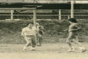 Jugando un partido de fútbol en la Escuela de Mareo, Gijón.